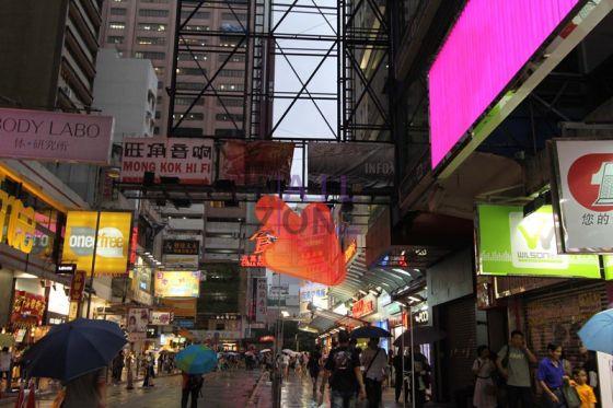 行約五分鐘,經銀城廣場,看見兆萬商場。